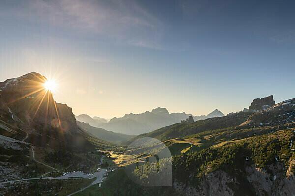 Sonnenaufgang in den Dolomiten, Blick auf den Tofane, den Monte Averau und die Cinque Torri, Italien