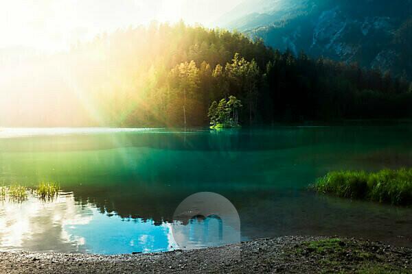 Einsame Insel in einem Bergsee kurz vor Sonnenuntergang, Tirol, Österreich, Europa