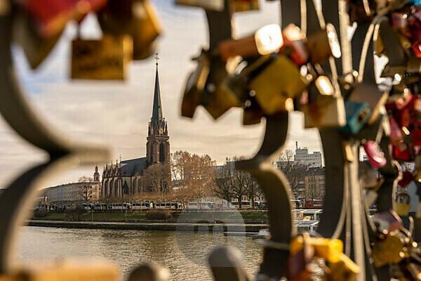 Europe, Germany, Hesse, Frankfurt, view from the Eiserner Steg to the Dreikönigskirche in Frankfurt