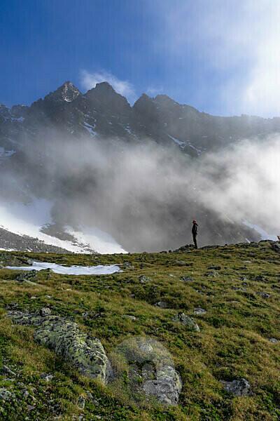 Europa, Österreich, Tirol, Ötztaler Alpen, Pitztal, Plangeroß, Bergwanderer vor der Verpeilspitze im Kaunergrat