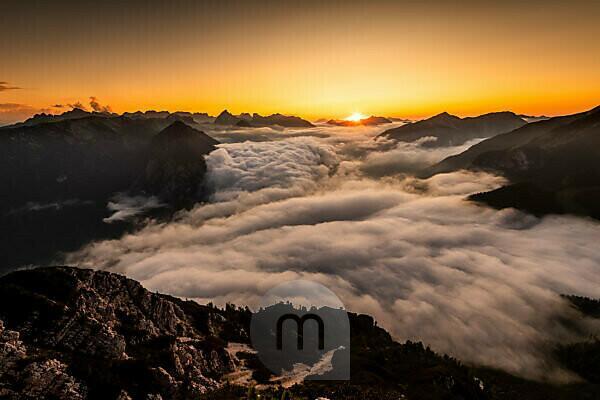 Sonnenuntergang und das aufziehen von dichtem Hochnebel über dem Achensee im Karwendel, gesehen vom Ebener Joch im Rofangebirge
