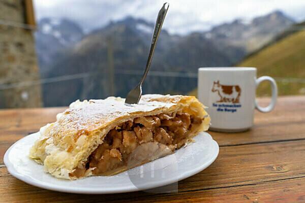 Europa, Österreich, Tirol, Ötztaler Alpen, Pitztal, Piösmes, Rüsselsheimer Hütte, Apfelstrudel und Kaffee auf der Terrasse der Rüsselsheimer Hütte