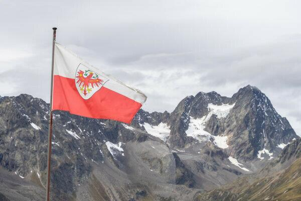 Europe, Austria, Tyrol, Ötztal Alps, Pitztal, Piösmes, Rüsselsheimer Hütte, Tyrolean flag against the backdrop of the Watzespitze