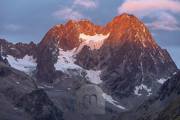 Europa, Österreich, Tirol, Ötztaler Alpen, Pitztal, Piösmes, Rüsselsheimer Hütte, Sonnenaufgang an der Watzespitze im Kaunergrat