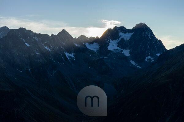 Europa, Österreich, Tirol, Ötztaler Alpen, Pitztal, Piösmes, Rüsselsheimer Hütte, Morgendlicher Blick auf die Watzespitze im Kaunergrat