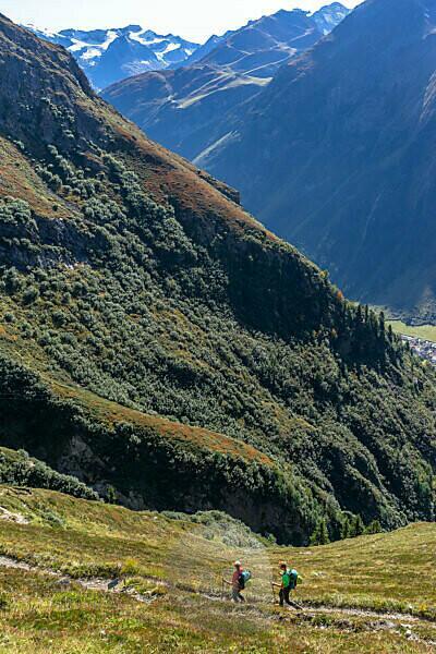 Europa, Österreich, Tirol, Ötztaler Alpen, Pitztal, Piösmes, Rüsselsheimer Hütte, Wanderer im Abstieg von der Rüsselsheimer Hütte