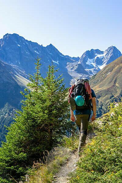 Europe, Austria, Tyrol, Ötztal Alps, Pitztal, Piösmes, Rüsselsheimer Hütte, hikers against the backdrop of the Watzespitze in the Kaunergrat
