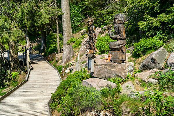 Europa, Deutschland, Baden-Württemberg, Schwarzwald, Wanderweg um den Mummelsee mit Holzskulpturen
