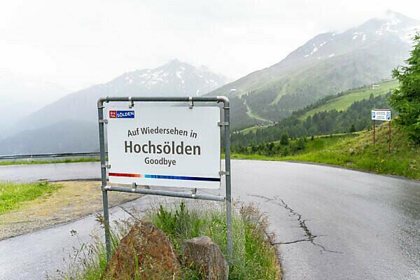 Europa, Österreich, Tirol, Ötztaler Alpen, Ötztal, Ortsschild von Hochsölden an einem regnerischen Sommertag