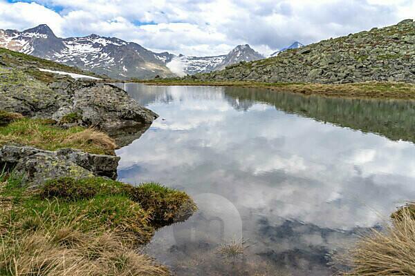 Europa, Österreich, Tirol, Ötztaler Alpen, Ötztal, Kleiner Bergsee auf der Gurgler Seenplatte mit Blick auf die Berge bei Hochgurgl