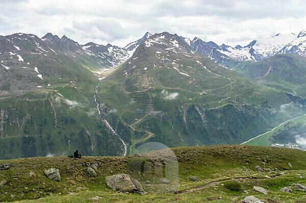 Europa, Österreich, Tirol, Ötztaler Alpen, Ötztal, Wanderer sitzt auf einer Geländekuppe und blickt in das Ferwalltal bei Obergurgl