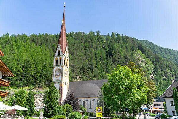 Europa, Österreich, Tirol, Ötztaler Alpen, Ötztal, Blick auf die Pfarrkirche Längenfeld