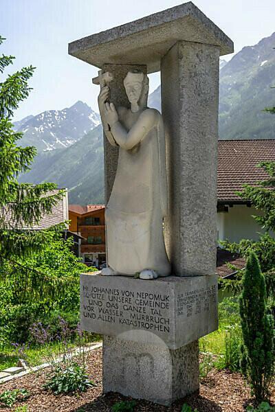 Europa, Österreich, Tirol, Ötztaler Alpen, Ötztal, Heiligenfigur von Johannes Nepomuk in Längenfeld