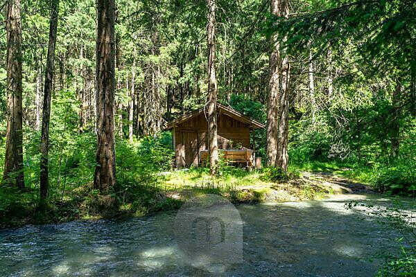 Europa, Österreich, Tirol, Ötztaler Alpen, Ötztal, Kleine Holzhütte im Bergwald zwischen Tumpen und Habichen im Ötztal