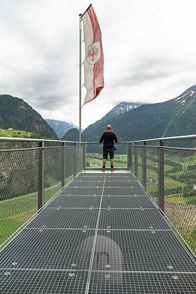 Europa, Österreich, Tirol, Ötztaler Alpen, Ötztal, Wanderer steht auf der Aussichtsplattform Teufelskanzel und blickt über das Ötztal