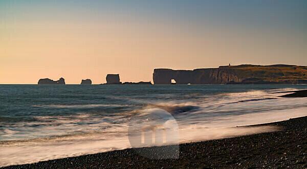 Island, Reynisfjara, schwarzer Sandstrand, Küste