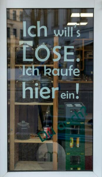 """Germany, Saxony-Anhalt, Magdeburg, unwrapped shop """"Frau Erna`s loser Lebenspunkt"""", entrance with lettering """"Ich will`s LOSE. I'm shopping here! """""""